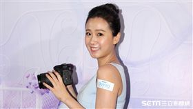 方志友化身攝影師為青春女主角拍攝寫真。(記者邱榮吉/攝影)