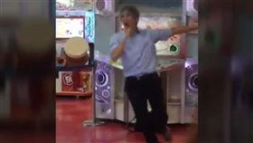 16:9 影/反差萌!大叔這樣玩跳舞機 網友:看得我壓力都沒惹 圖/翻攝自爆料公社 YouTube https://www.youtube.com/watch?v=yLjZ9-fQ_ww