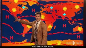16:9 嘲諷川普!化身氣象播報員 布萊德彼特:接下來會好熱唷~ 圖/翻攝自Comedy Central YouTube https://www.youtube.com/watch?v=KuTwJUYqdQw
