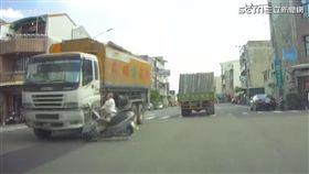 阿伯要看車啦!左轉沒注意險被卡車輾過