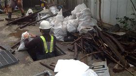 垃圾塞滿大水溝⋯⋯淤泥、木頭、鍋子、輪胎,八里能不淹嗎?(圖/臉書八里社團)