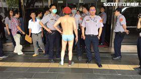太噁心!內褲男2天4度戰北檢,法警慘他遭口水顏射。(圖/翻攝畫面)