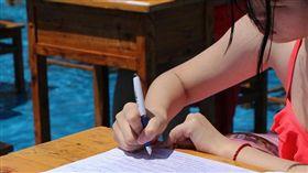 水上樂園,水中,高考,大陸,模擬考,比基尼,泳裝,裸考 圖/翻射自騰訊圖片 https://goo.gl/sN4VIr