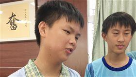 正國中李函叡(左)只有12歲,是位跳級生,將準備就 讀建國中學。 中央社記者郭芷瑄攝 106年6月9日