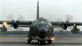 C-130運輸機配備四個渦輪螺旋槳發動機,能作高空、高速遠程飛行,包括日/夜滲透和撤離、特種地面作戰部隊的支援、心理戰任務、空中偵察以及空降和地面—空中救生等,可以在未整備跑道上起降,經過修改後,航程更遠,又可同時執行戰術與戰略運輸任務。(記者邱榮吉/攝影)