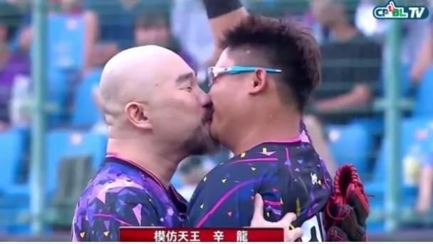 開球後激吻捕手 辛龍:不要跟劉真說