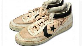 ▲Michael Jordan在1984洛杉磯奧運穿的球鞋。(圖/美聯社/達志影像)