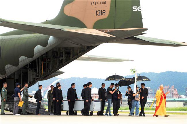 「看見台灣」導演齊柏林、助理陳冠齊與直升機駕駛張志光三人遺體由空軍派遣C-130運輸機從花蓮帶回台北。(記者邱榮吉/攝影)