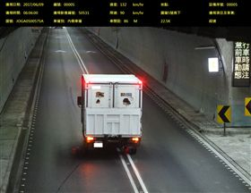 系統拍下違規變換車道事實。(圖/翻攝畫面)