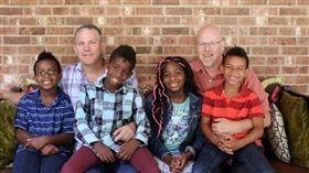 羅伯和里斯‧席爾收養了四名兒女。(圖/翻攝自ABC News)