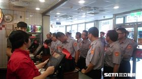 大溪分局員警到麥當勞用餐(圖/大溪分局提供)