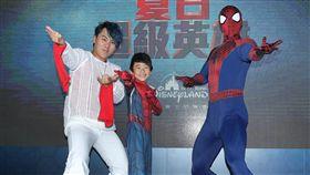 王仁甫帶著兒子YAYA拜見偶像蜘蛛人。(記者邱榮吉/攝影)