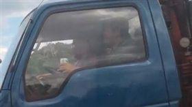 貨車駕駛手拿啤酒罐開車,國道警認為具體事證不夠無法開罰!(圖/翻攝畫面)