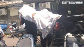 葬儀社人員運送遺體上車(翻攝畫面)