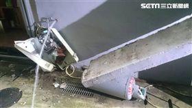 遮雨棚崩塌墜落砸壞熱水器及瓦斯桶釀瓦斯外洩。(圖/翻攝畫面)