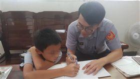 警員湯凱斌指導陳童作業。(圖/翻攝畫面)