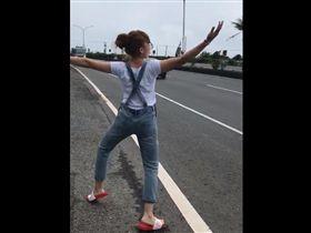 正妹做公益公路幫水果攤拉客 手舞足蹈笑翻網友