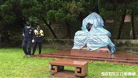 陽明山花鐘公園旁的蔣介石銅像22日遭人砍頭 北市工務局提供