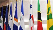 媒體拍攝巴拿馬國旗外交部13日早上聚集媒體拍攝巴拿馬國旗,巴拿馬總統瓦雷拉在當地時間晚間8時(台北時間13日上午9時)舉行記者會,作出宣布與中國大陸建交。圖右3為巴拿馬國旗。(中央社)