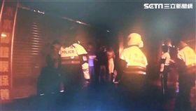 大安警方接獲報案,指出敦化南路一段酒吧有10多名青少年聚集,隨即出動快打部隊到場,並在車內搜出各式刀械、狼牙棒及信號彈等違禁品(翻攝畫面)
