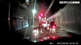 李男以雙手環抱前座妻子的方式騎車,引起警方注意並攔下盤查,李男被揪出酒後騎車,酒測值為0.23毫克(翻攝畫面)