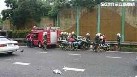 國道三號發生4車連環車禍,起因是前方兩車先擦撞,尾隨車輛減速停車,遭到後方大貨車追撞,其中三人受傷送醫,所幸並無大礙(翻攝畫面)