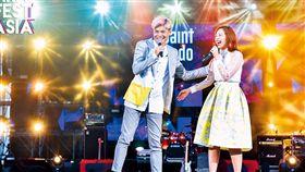 6月3日,亞洲最大網紅仲介商WebTVAsia 舉辦音樂節,旗下在YouTube擁有106萬訂閱人數的網紅聖結石(左)與老婆表演自創曲。(圖/WebTVAsia提供)