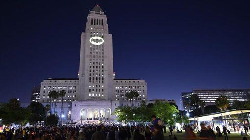高譚市當局需要蝙蝠俠幫助時,他們會將蝙蝠俠圖案投射在天空中。(圖/翻攝自TMZ網站)