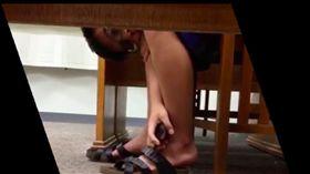 無賴男蹲桌底,想偷看褲底風光被活逮。(圖/翻攝畫面)