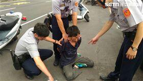 警方將蔡男拖下車逮捕。(圖/翻攝畫面)