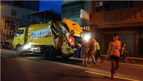 垃圾車示意圖 攝影者slayer, Flickr CC License https://www.flickr.com/photos/darkensiva/7857253622/