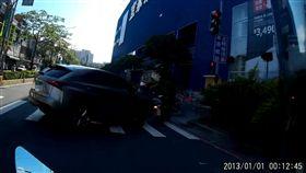 邱男休旅車直接撞上對向的翁姓女騎士。(圖/翻攝畫面)