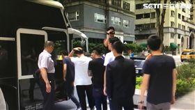 台北市南京東路一家三溫暖,深夜衝入42名黑衣人霸佔餐飲區,警方出動快打部隊,強勢帶回警局偵辦,訊後依社維法送辦(翻攝畫面)