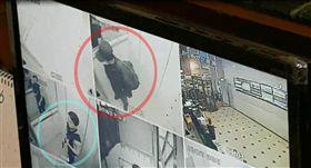 稍早紅圈內帶黑帽的嫌犯搭乘電梯離開時身影畫面曝光,正好與荷槍實彈的員警錯過。(圖/轉載自監視器畫面)