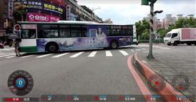 小心公車三寶!綠燈斑馬線行人被撞超無辜 竟還默默走掉(圖/翻攝自《爆料公社》臉書)