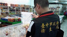 台中衛生局5月派員到傳統市場、大賣場、超市商店等處,抽驗料理滷味常用的未調味豆乾,如大黑干、黃豆干、五香豆干;總計抽驗40件,6件超標不合格,已立即下架不得販售。(台中市衛生局提供)/中央社