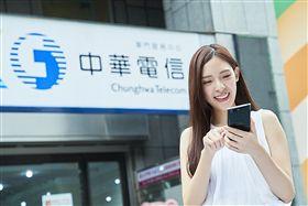 中華電信提供 4G最大頻寬 4CA 行動上網 滑手機