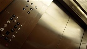 電梯 https://www.flickr.com/photos/geeknerd99/399154257/in/photolist-BgLDX-bf3j-9tkN77-bZ4LqW-fEkbXx-v3ofc-TEJU-fEkc8H-DqqdY-CKifK-bZ4Kv9-raqVgy-59qhU1-7Fu5v-5o6vZW-2VGWu-aJ2Mx-4m34bj-mMzok-7ErRrS-ieipJ