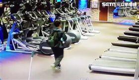 林男在健身房中鬼祟地四處張望,不斷進出更衣室。(圖/翻攝畫面)