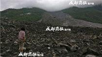 中國大陸,四川,山崩,廢墟,新磨村,感人 圖/翻攝自成都商報 https://tc.sinaimg.cn/maxwidth.2048/tc.service.weibo.com/sns_img_b0_upaiyun_com/bbde3d9c411476d2e0d2783137f6fc30.jpg