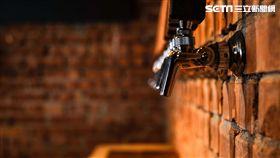 臺虎精釀插旗台中!壓一下,啤酒就從紅磚牆湧出來