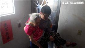 員警陳冠宇將張母用公主抱的方式抱上3樓。(圖/翻攝畫面)