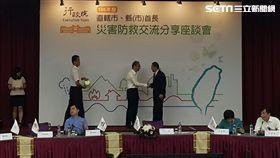 行政院長林全親自並由頒獎新北副市長代表受獎。(圖/翻攝畫面)