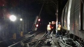 紐約地鐵急煞出軌 兩車廂撞牆釀34傷 (美聯社/達志影象)