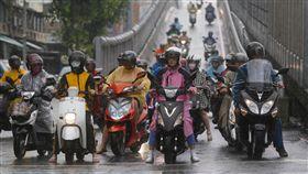 下雨、豪雨、機車騎士、騎機車、大雨/中央社