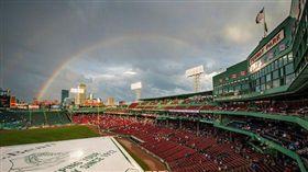 ▲波士頓芬威球場的天空。(圖/攝自推特)