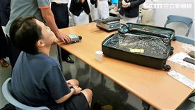香港籍李女從巴西搭機來台,行李箱夾層被航警搜出8050公克的古柯鹼,她原本推稱不知情,後來才坦承以2萬港幣代價運毒(翻攝畫面)