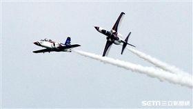 享譽國際的中華民國空軍雷虎小組1953年成立於台南空軍基地,使用表演機型從最早F-84雷霆機,到F-86G、F-86F軍刀機、F-5A、F-5E戰機等。1988年1月,改由空軍軍官學校戰鬥組教官接替特技表演任務,並換裝自製AT-3自強號噴射教練機,表演20項高難度空中戰技課目。(記者/邱榮吉攝影)