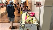 台大醫院急診塞爆,有台大急診醫師說,近日病人多到電腦都沒床位可選,加開很多「虛擬床位」,且曾有留院觀察病人躺到醫院大廳附近,滿載程度「前所未有」。/中央社