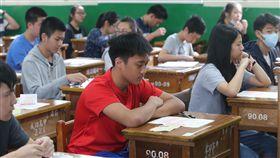 16:9 106年國中會考20日登場,在台北市成功高中考場應考的考生,8時20分就定位,準備開始社會科的考試。(圖/中央社)